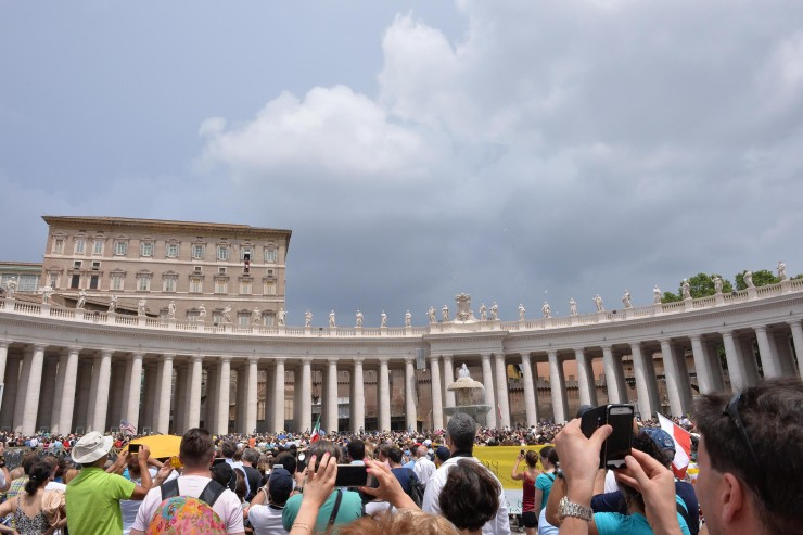Pope Francis greets faithful during the Angelus prayer in St. Peter's square at the Vatican, Vatican City, 14 June 2015. ANSA / MAURIZIO BRAMBATTI